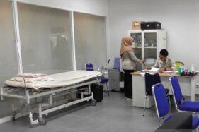 Petugas Kantor Kesehatan Pelabuhan (KKP) Semarang di ruamg isolasi Bandara Internasional Jenderal Besar Ahmad Yani Semarang, Kamis (23/1/2020). (Antara-Wisnu Adhi)