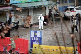 Petugas mengenakan baju pelindung di sebuah pasar seafood yang telah ditutup di Wuhan, Hubei, China, Jumat (10/1/2020). Pasar seafoof diduga terkait penyebaran virus corona (coronavirus). (Reuters-Stringer)