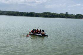 Karanganyar Emergency bersama BBWSBS Pengelola Waduk Tirtormarto Delingan berlatih teknik penyelamatan orang tenggelam di Waduk Tirtomarto Delingan, Karanganyar, Minggu (26/1/2020). (Solopos/Candra Mantovani)