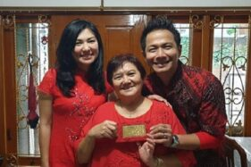 Delon (kanan) dan istrinya (kiri) memberikan emas batangan kepada ibunya saat Imlek. (Instagram-@delonthamrinofficial)
