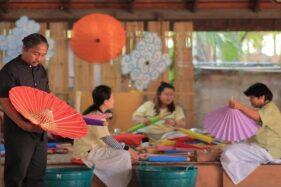 Pengrajin menghias payung untuk Festival Payung Indonesia 2020. (Istimewa)