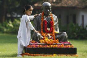 Patung Mahatma Gandhi saat peringatan kelahiran Gandhi ke 144, di Ahmedabad, Gujarat 2 Oktober 2013. (Reuters-Amit Dave)