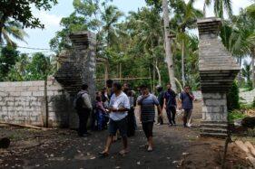 Pengunjung di gapura pintu masuk kompleks Keraton Agung Sejagat Desa Pogung Jurutengah, Bayan, Purworejo, Jawa Tengah, Selasa (14/1/2020). (Solopos-Anis Efizudin)