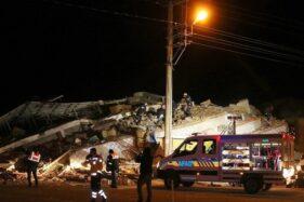Pekerja penyelamat mencari korban di bangunan ambruk akibat gempa bumi di Elazig, Turki, Jumat (24/1/2020). (Antara-Reuters)
