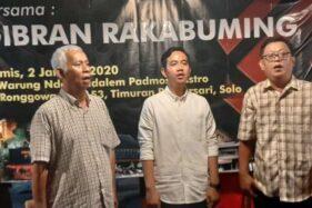 Gibran Rakabuming Raka (tengah) menyanyi Padamu Negeri di acara silaturahmi dan salam sapa di Warung Ndeso Ndalem Padmosusastro Solo, Kamis (2/1/2020) malam. (Solopos-Kurniawan)
