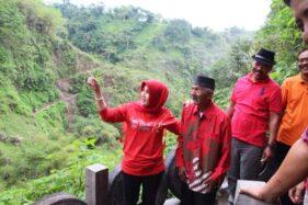 Bupati Klaten, Sri Mulyani, berbincang dengan Patmo, sesepuh Dukuh Girpasang, Desa Tegalmulyo, Kecamatan Kemalang, Klaten, Rabu (1/1/2020). (Solopos-Taufiq Sidik Prakoso)