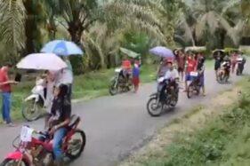 Potongan video viral balapan sederhana layaknya Moto GP. (Twitter-@cewek_Rumahan)