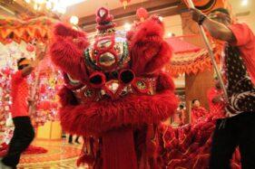 Atraksi barongsai memeriahkan perayaan Imlek di The Sunan Hotel Solo, Jumat (24/1/2020). (Istimewa/The Sunan Hotel Solo)