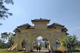 Pengunjung berjalan di sekitar Gerbang Pasingsingan di lKebun Raya Indrokilo Boyolali (KRIB) di Kelurahan Kemiri, Mojosongo, Boyolali. (Solopos-Akhmad Ludiyanto)