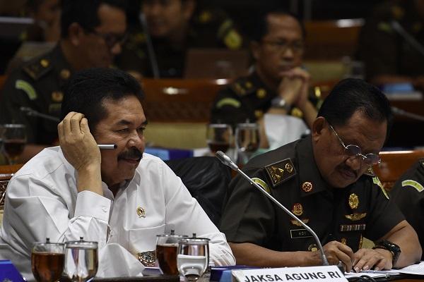 Jaksa Agung ST. Burhanuddin (kiri) didampingi Jaksa Agung Muda Tindak Pidana Khusus M Adi Toegarisman (kanan) di Kompleks Parlemen Senayan, Jakarta, Senin (20/1/2020). (Antara-Puspa Perwitasari)