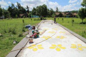 Pekerja merampungkan pembangunan jalan setapak di sisi timur Candi Sojiwan, Desa Kebondalem Kidul, Prambanan, Klaten, Jumat (17/1/2020). (Solopos-Taufiq Sidik Prakoso)