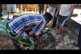 Warga mengangkat janin bayi yang berada dalam guci di sekitar kontrakan rumah Toto Santoso di Dusun Ngabangan V, Desa Sidoluhur, Kecamatan Godean, Sleman, Jumat (17/1/2020). (Suara.com/Baktora)