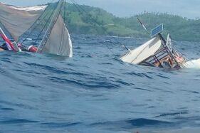 Kapal pinisi yang ditumpangi wartawan Istana terbalik di Labuan Bajo, Selasa (21/1/2020). (Antara/Istimewa)