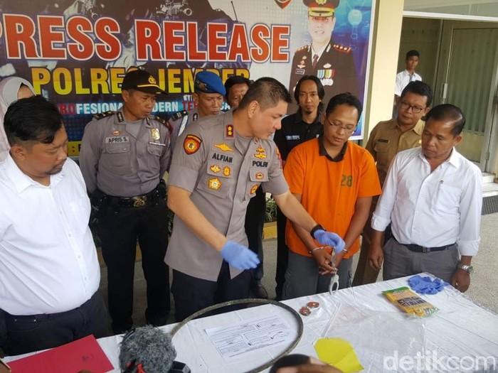Edi Wasito (berbaju oranye) ditangkap polisi karena menganiaya anaknya yang kecanduan game. (detik.com)