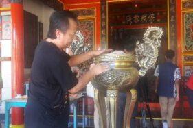 Penganut Tri Dharma membersihkan tempat abu dupa di Kelenteng Cahaya Sakti (Kong Ling Bio) di Temanggung, Jawa Tengah, Sabtu (18/1/2020). (Antara-Heru Suyitno)