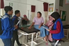 Dokumentasi petugas Dinkes Jember meminta keterangan korban yang keracunan massal ikan tongkol di beberapa kecamatan di Jember. (Antara)