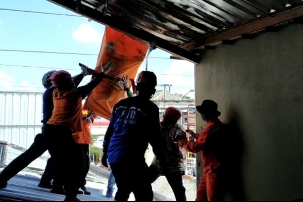 Petugas gabungan mengevakuasi jenazah warga Desa Ngringo, Kecamatan Jaten yang tersengat aliran listrik saat bekerja di atap bangunan pada Sabtu (18/1/2020). (Istimewa)