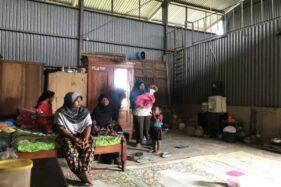 Warga Dusun Dederan RT 002/RW 005 Desa Nglegok, Ngargoyoso, Karanganyar, mengungsi di gudang kosong tak jauh dari rumah mereka yang terdampak tanah longsor, Jumat (3/1/2020). (Solopos/Candra Mantovani)