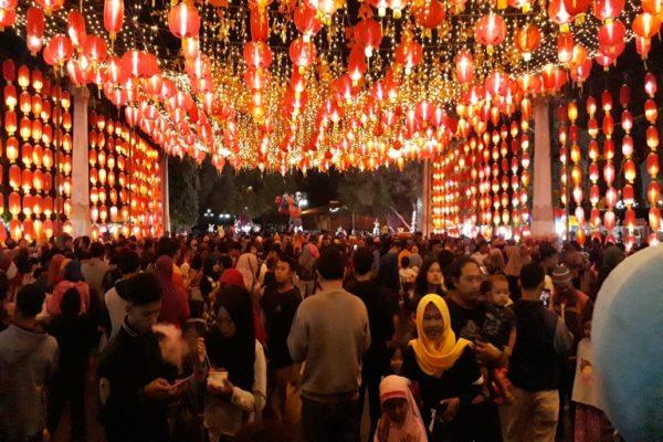 Warga memadati kawasan Jembatan Pasar Gede, Solo, yang dihiasi lampion Imlek, Rabu (15/1/2020) malam. (Solopos/Nicolous Irawan)
