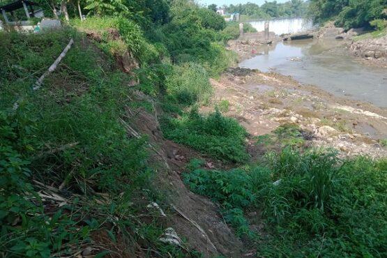 Kawasan makam Bendungan, RT RT 004/RW 006, Desa Klodran. Colomadu, yang terkena longsor pada akhir 2018. Hingga saat ini dinding sungai bekas longsor belum dicor. Foto diambil Rabu (29/1/2020). (Solopos/M. Aris Munandar)