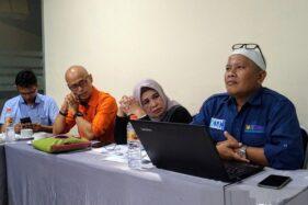 Direktur LSP Smicecomm Solichoel Soekaemi (kanan) memberikan keterangan pers kepada sejumlah awak media, Senin (20/1/2020). (Antara-Wisnu Adhi)