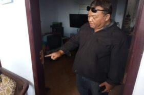 Ketua RT 009/RW 001, Perumahan Griya Karya Sejahtera, Ngijo, Tasikmadu, Karanganyar, menunjukan pintu yang dibobol maling, Kamis (16/1/2020). (Istimewa)