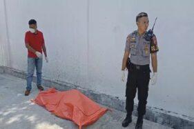 Polisi mengevakuasi jasad wanita tanpa busana di Jl. Wiratama, Desa Kedungjaya, Kecamatan Kedawung, Kabupaten Cirebon, Jabar, Minggu (19/1/2020). (Okezone.com)