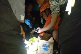 Tim SAR, Relawan Karangpandan, Puskesmas Karangpandan, dan polisi mengevakuasi mayat bayi di Jembatan Dimoro, Karangpandan, Ngargoyoso, Karanganyar, Minggu (19/1/2020) malam. (Istimewa/SAR Karanganyar)