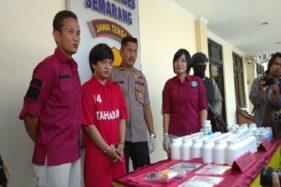 Tersangka pengedar sabu-sabu dan ekstasi, Novianto Dwi Prabowo (kedua dari kiri), saat dihadirkan di Mapolrestabes Semarang, Rabu (22/1/2020). (Semarangpos.com-Imam Yuda S.)