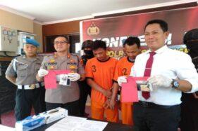 Kapolres Sukoharjo, AKBP Bambang Yugo Pamungkas (kedua dari kiri), memperlihatkan barang bukti sabu-sabu saat gelar perkara di Mapolres Sukoharjo, Senin (20/1/2020). (Solopos/Bony Eko Wicaksono)