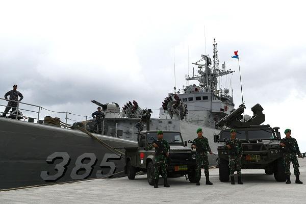 Prajurit TNI mengikuti upacara Operasi Siaga Tempur Laut Natuna 2020 di Pelabuhan Pangkalan TNI AL Ranai, Natuna, Kepulauan Riau, Jumat (3/1/2020). (Antara-M Risyal Hidayat)