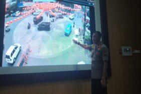 Wakapolresta Solo, AKBP Iwan Saktiadi, mengecek pengamanan kawasan Pasar Gede melalui kamera pengawas di ruang TMC Mako Satlantas Polresta Solo pada Rabu (22/1/2020) siang. (Solopos/Ichsan Kholif Rahman)