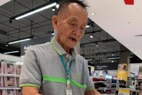 Pracha, 81, mantan CEO yang kini menjadi sales man. (Facebook/World of Buzz)