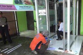 Polisi melakukan olah TKP di lokasi mesin ATM yang dicuri. (Istimewa/Antara)