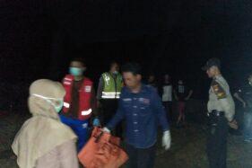 Tim gabungan dan warga mengevakuasi mayat bayi yang ditemukan di tepi Bengawan Solo, tepatnya Dukuh Karangasem, Gentanbanran, Plupuh, Sragen, Selasa (21/1/2020) malam. (Istimewa)