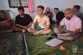 Korban pengeroyokan Muhammad Tutus Saputro (tengah) dan Bagas Kanurogo (kiri) menjelaskan kronologi pengeroyokan di Kartasura, Sukoharjo, Senin (20/1/2020). (Solopos/M. Aris Munandar)