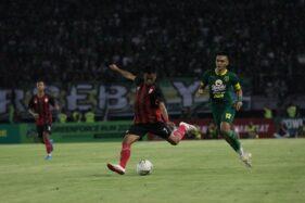 Penyerang sayap Persis Solo, Hapidin (dua dari kanan) bersiap melakukan tembakan pada laga persahabatan melawan Persebaya Surabaya di Stadion Gelora Bung Tomo, Surabaya, Sabtu (11/1/2020) malam. (Istimewa/Ofisial Persis Solo)