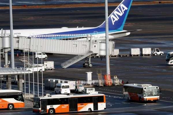 Pesawat Boeing 767-300ER yang membawa warga Jepang yang evakuasi dari Wuhan tiba di bandara Haneda, Tokyo, Jepang, Rabu (29/1/2020). (Antara/Reuters/Kim Kyung-Hoon)