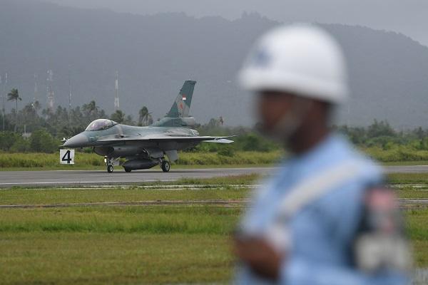 Pesawat F16 C milik skadron udara 16 wing udara 7 Lanud Roesmin Nurjadin - Pekanbaru, mendarat di Lanud Raden Sadjad, Natuna, Kepulauan Riau, Selasa (7/1/2020). (Antara-M Risyal Hidayat)