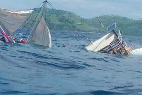 Kondisi kapal pinisi yang terbalik akibat ombak besar di Labuan Bajo, Selasa (21/1/2020) (Antara-Istimewa)