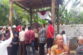 Sejumlah pengunjung menyaksikan batu prasasti di Keraton Agung Sejagat, Purworejo, Jateng. (Antara-Heru Suyitno)