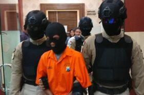 M, 51, ditangkap aparat Polres Trenggalek karena memerkosa dua anaknya. (detik.com)
