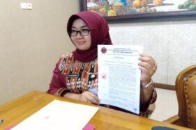 Bupati Kusdinar Untung Yuni Sukowati menunjukkan bukti SK DPP PDIP tentang rehabilitasi keanggotaannya kepada wartawan saat jumpa pers di ruang kerjanya, Kamis (23/1/2020). (Solopos/Tri Rahayu)