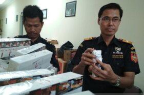 Kepala KPPBC Tipe Madya Kudus Gatot Sugeng Wibowo menunjukkan barang bukti rokok ilegal dari hasil penindakan, Kamis (23/1/2020). (Antara-Akhmad Nazaruddin Lathif)