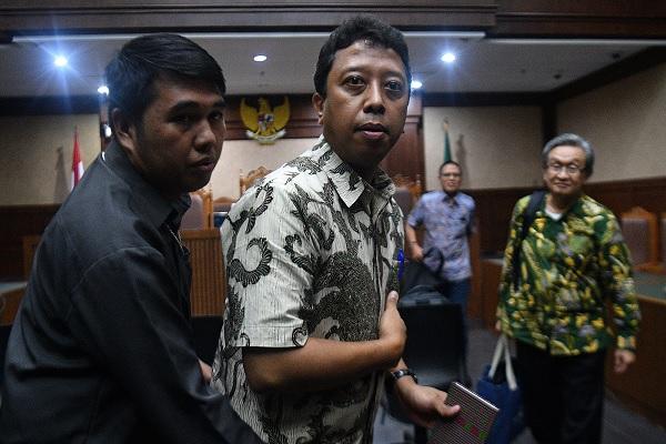 Terdakwa kasus suap jual beli jabatan di Kemenag Romahurmuziy di Pengadilan Tipikor Jakarta Pusat, Jakarta, Senin (6/1/2020). Dia dituntut 4 tahun penjara dan denda Rp250 juta subsider lima bulan kurungan. (Antara-Sigid Kurniawan)