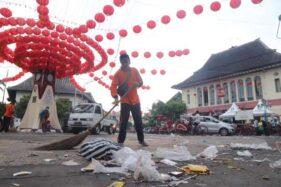 Petugas DLH membersihkan sampah di kawasan Pasar Gede Solo, Sabtu (25/1/2020). (Solopos-Sunaryo Haryo Bayu)