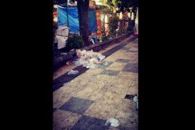 Sampah plastik bekas bungkus makanan dan minuman penonton lampion berserakan di trotoar kawasan Pasar Gede, Solo, Minggu (19/1/2020). (Istimewa/Y.F. Sukasno)