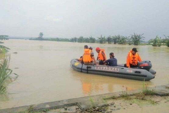 Tim search and rescue (pencari dan penyelamat/SAR) melakukan pencarian korban hanyut akibat banjir di Grobogan, Kamis (9/1/2020). (Antara-Basarnas Jateng)