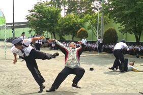 Satpam PT Pura Group Kudus, Jawa Tengah memperagakan aksi bela diri dalam menghadapi pengacau keamanan saat peringatan HUT Satpam di halaman Unit Total Security System di Kecamatan Jati, Kabupaten Kudus, Jawa Tengah, Jumat (24/1-2020). (Antara-Akhmad Nazaruddin Lathif)