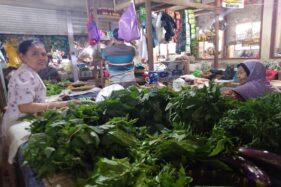 Pedagang Pasar Kota Wonogiri menjaga sayuran di lapaknya di Pasar Kota Wonogiri, Senin (20/1/2020). (Solopos/Cahyadi Kurniawan)